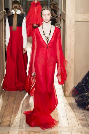 Показ Valentino коллекции сезона Осень-зима 2016-2017 года haute couture - www.elle.ru - Подиум - фото 607387