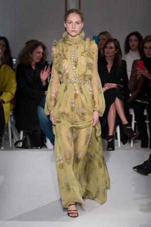 Показ Giambattista Valli коллекции сезона Весна-лето  2017 года Haute couture - www.elle.ru - Подиум - фото 616227