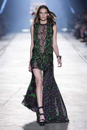 Показ Versace коллекции сезона Весна-лето  2016 года Prêt-à-porter - www.elle.ru - Подиум - фото 599925