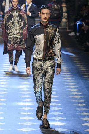 Показ Dolce & Gabbana коллекции сезона Осень-зима 2017-2018 года Men prêt-à-porter - www.elle.ru - Подиум - фото 614497