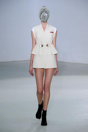 Показ Maison Martin Margiela коллекции сезона Осень-зима 2012-2013 года Haute couture - www.elle.ru - Подиум - фото 405020