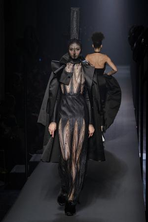 Показ Jean Paul Gaultier коллекции сезона Осень-зима 2015-2016 года Haute couture - www.elle.ru - Подиум - фото 597245