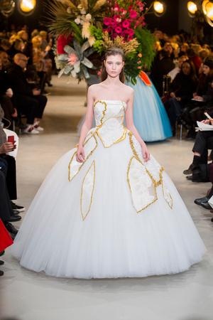 Показ Viktor & Rolf коллекции сезона Весна-лето  2017 года Haute couture - www.elle.ru - Подиум - фото 616827