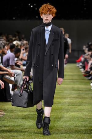 Показ Dior Homme коллекции сезона Весна-лето 2018 года Men prêt-à-porter - www.elle.ru - Подиум - фото 623609