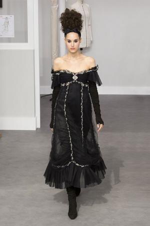 Показ Chanel коллекции сезона Осень-зима 2016-2017 года haute couture - www.elle.ru - Подиум - фото 607041