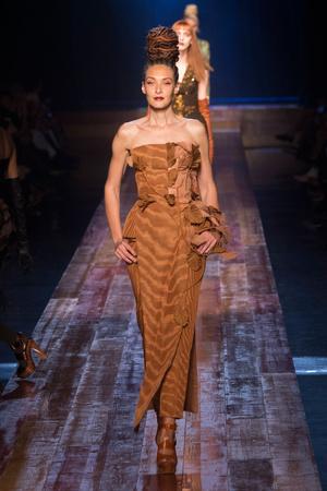 Показ Jean Paul Gaultier коллекции сезона Осень-зима 2016-2017 года Haute couture - www.elle.ru - Подиум - фото 607270