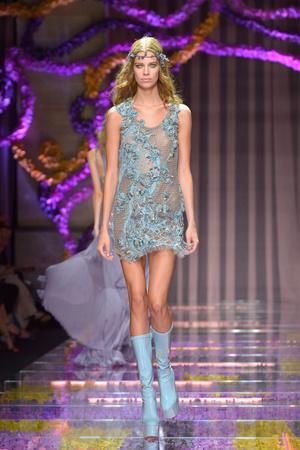 Показ Atelier Versace коллекции сезона Осень-зима 2015-2016 года Haute couture - www.elle.ru - Подиум - фото 596776