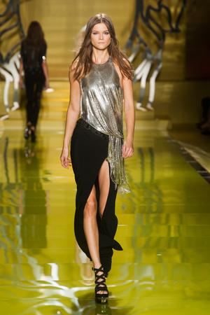 Показ Versace коллекции сезона Весна-лето 2014 года Prêt-à-porter - www.elle.ru - Подиум - фото 564870