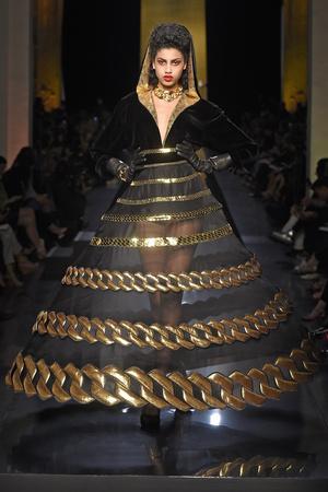 Показ Jean Paul Gaultier коллекции сезона Осень-зима 2014-2015 года haute couture - www.elle.ru - Подиум - фото 585032