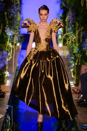 Показ Guo Pei  коллекции сезона Осень-зима 2017-2018 года Haute couture - www.elle.ru - Подиум - фото 623924