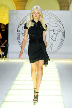 Показ Versace коллекции сезона Весна-лето 2012 года prêt-à-porter - www.elle.ru - Подиум - фото 303422