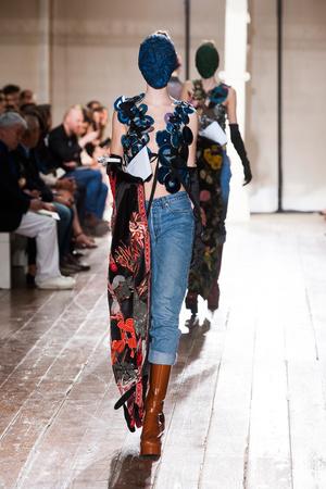 Показ Maison Martin Margiela коллекции сезона Осень-зима 2013-2014 года Haute couture - www.elle.ru - Подиум - фото 556293
