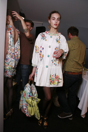 Показ Moschino коллекции сезона Весна-лето 2010 года prêt-à-porter - www.elle.ru - Подиум - фото 117197