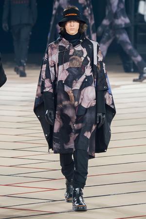 Показ Dior Homme коллекции сезона Осень-зима 2017-2018 года Men prêt-à-porter - www.elle.ru - Подиум - фото 615871