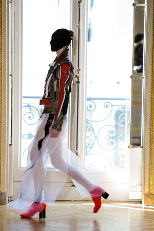 Показ Maison Martin Margiela коллекции сезона Осень-зима 2011-2012 года haute couture - www.elle.ru - Подиум - фото 277123