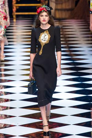 Показ Dolce & Gabbana коллекции сезона Осень-зима 2016-2017 года prêt-à-porter - www.elle.ru - Подиум - фото 605407