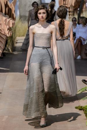 Показ Dior Haute Couture коллекции сезона Осень-зима 2017-2018 года Haute couture - www.elle.ru - Подиум - фото 623827