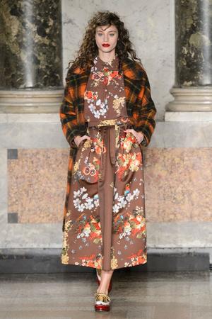 Показ Blugirl коллекции сезона Осень-зима 2015-2016 года Prêt-à-porter - www.elle.ru - Подиум - фото 594544