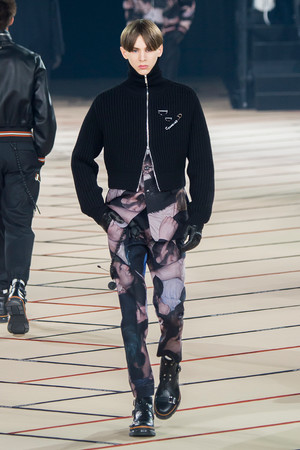 Показ Dior Homme коллекции сезона Осень-зима 2017-2018 года Men prêt-à-porter - www.elle.ru - Подиум - фото 615872