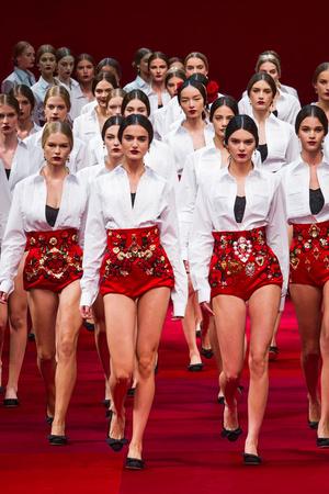 Показ Dolce & Gabbana коллекции сезона Весна-лето 2015 года Prêt-à-porter - www.elle.ru - Подиум - фото 589989